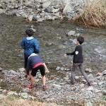 河原で石投げ